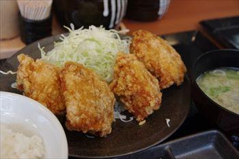 武蔵小杉にあるからあげ専門店「からやま」の定食