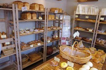 横浜市青葉区にあるパン屋「ブーランジェリー ラ・ウフ」の店内