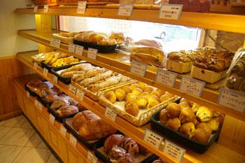 横浜金沢文庫にあるおいしいパン屋「ブレドール」の店内