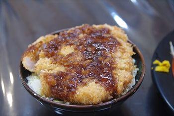 神奈川県三浦市にある食堂「まるい食堂」のソースかつ丼