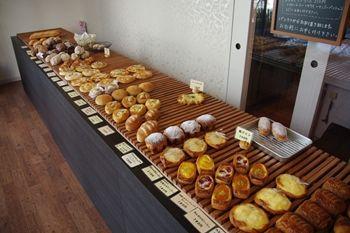 横浜仲町台にあるパン屋「パン オ ミエル」の店内