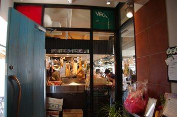 横浜西口にあるイタリアンのお店「ベジテーブル」の入り口