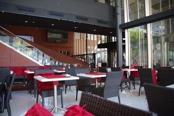横浜日本大通りにあるレストラン「ビストロ リトモ」の店内