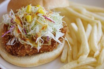 横浜ベイクォーターにある「湘南バーガー」のハンバーガー