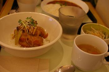 横浜にあるアートなカフェ「チモロカフェ ヨコハマ」の鶏の味噌煮丼