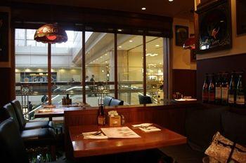 横浜ランドマークプラザのレストラン「JO'S BAR」の店内