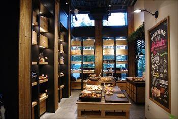 横浜新高島にあるパン屋「アール・ベーカー」の店内