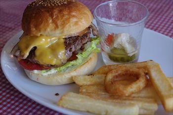 横浜藤が丘にある「ココチバーガーズ」のハンバーガー