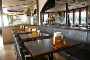 横浜山手の洋食屋「山手ロシュ」の店内