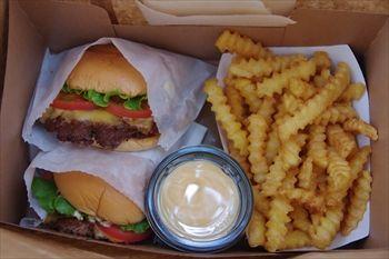 横浜みなとみらいの「シェイクシャック」のハンバーガーとポテト
