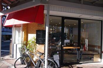 横浜反町にあるパン屋「パン ゴルジュ」の外観