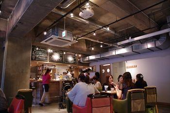 横浜西口エリアにあるカフェ「カッフェ ビーンデイジー」の店内