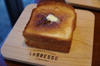 横浜元町にある食パン専門店のカフェ「レブレッソ」の食パン