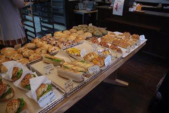 横浜大倉山にあるパン屋さん「パンデモモ」の店内