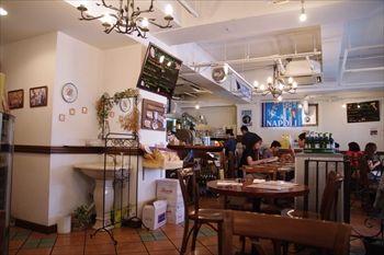 横浜桜木町にある「ピッツァリア キアッキェローネ」の店内