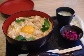 横浜綱島にある鶏肉専門店「梅や」の親子丼