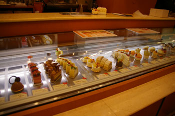 新横浜のおいしいケーキショップ「ラ ピエスモンテ」の店内