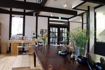 那須にある「コピスガーデン」内にあるカフェの店内