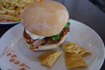 横浜センター北にある「テディーズビガーバーガー」のハンバーガー