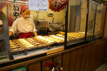 横浜西口のたいやき屋「横浜くりこ庵」で焼かれるたいやき