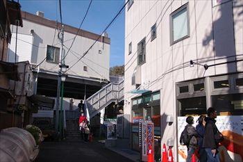 横浜菊名にある食パン専門店「考えた人すごいわ」の行列