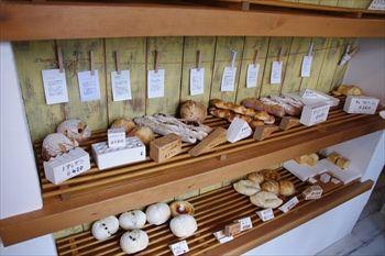 三浦市三崎口にあるパン屋「パン・オ・ヌフ」の店内