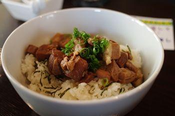 横浜石川町にあるラーメン店「麺や 元町」の豚丼