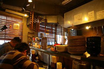 JR石川町駅近くにあるラーメン店「らぁめん こもん」の店内