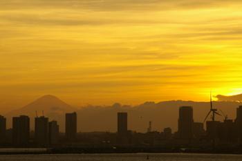 横浜大黒大橋からの夕景(横浜みなとみらいと富士山)