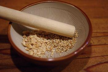 横浜東神奈川にあるつけ麺専門店「イツワ製麺所食堂」のゴマ