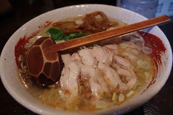 横浜白楽にあるラーメン店「らーめん 中々」の鶏ラーメン