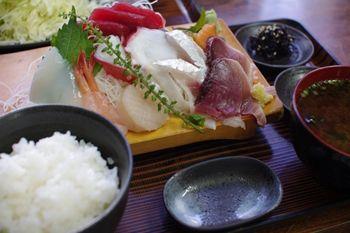 横浜新山下にある定食屋さん「千葉屋」の刺身定食