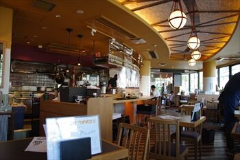 横浜西口にある魚介料理のお店「マグロバンク ウオキン」の店内