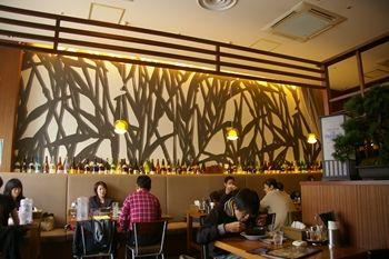 横浜ベイクォーターにあるラーメン店「麺家 三士」の店内