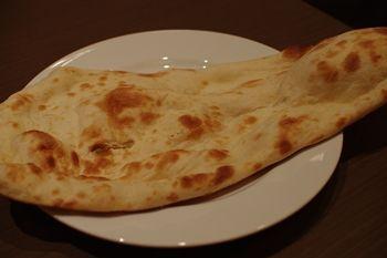 キュービックプラザ新横浜の「インド料理 マハラジャ」のナン