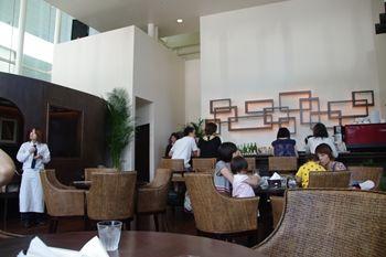 横浜にあるレストラン「ジンジャーズ ビーチ」の店内