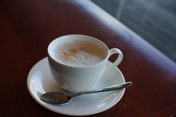 横浜港大さん橋にあるカフェ「ハーバーズカフェ」のカフェラテ