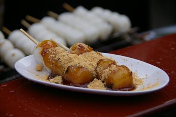 横浜三渓園の茶屋のおだんご(黒蜜きなこ)