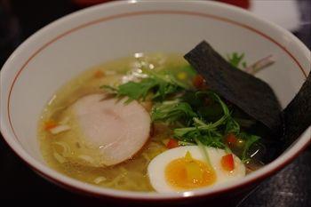 横浜関内にあるラーメン店「鷄そば処 かしわ」のラーメン