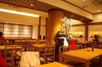 横浜モアーズの京うどんのお店「初代 富近」の店内
