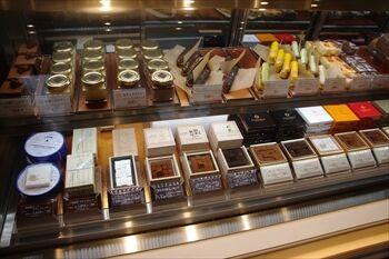 横浜馬車道にある生チョコ発祥のお店「シルスマリア」の店内