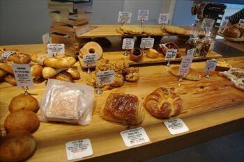 横浜日本大通りにあるパン屋「ブラフベーカリー」の店内