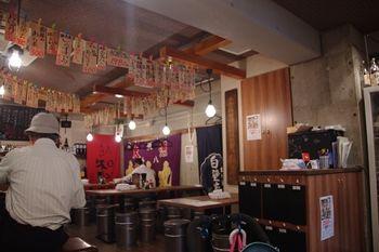 横浜関内にある居酒屋「魚屋はちまき」の店内