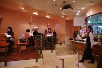 新横浜にあるケーキショップ「ラ ピエスモンテ」の店内