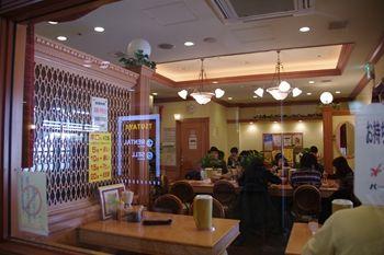 横浜杉田にある「スタミナカレーの店 バーグ」の店内