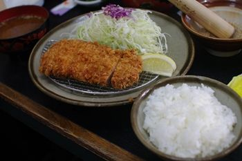 横浜中山にあるとんかつ屋「とん八」のロース定食