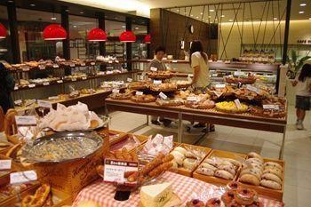 新横浜プリンスペペのパン屋さん「ポンパドウル」の店内