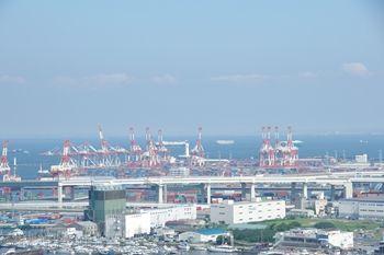 横浜マリンタワーの展望台から見た工業地帯