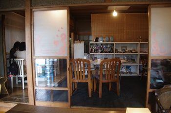 西横浜にある一軒家カフェ「夏至茶屋」の店内