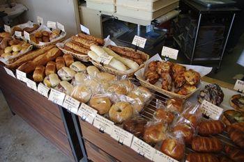 三浦にあるパン屋さん「三浦パン屋 充麦」の店内
